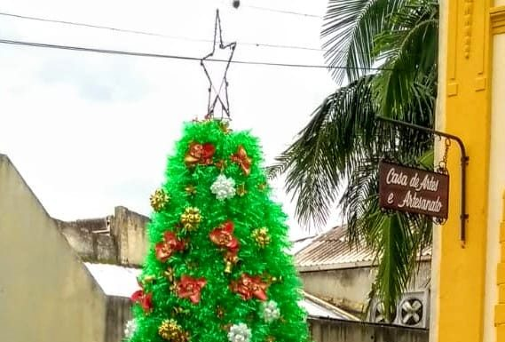 Árvore de Natal com garrafas pet decora o Centro Cultural
