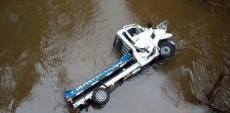 Caminhão cai no rio na SP-255 após motorista perder controle do veículo