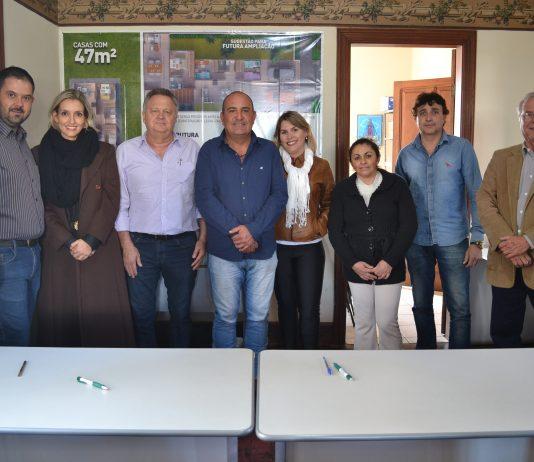 Futuros moradores assinam contrato do Residencial Água Branca III